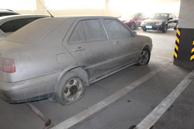 """""""僵尸车""""停放小区好几年 占据车位不见车主"""
