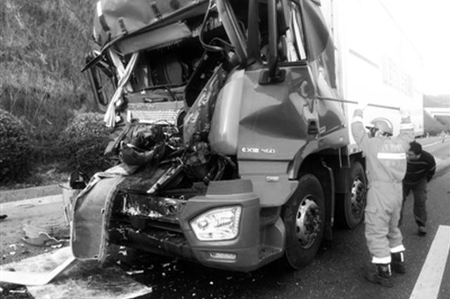 潼关:两货车高速追尾 1人被困20分钟后获救