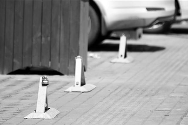整治乱停车人行道上装地锁 交警:要考虑行人安全