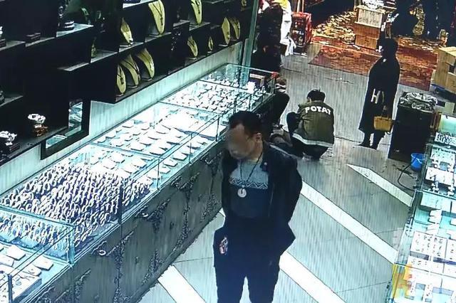 男子银店偷银壶 刚得手下一秒持刀做出疯狂举动