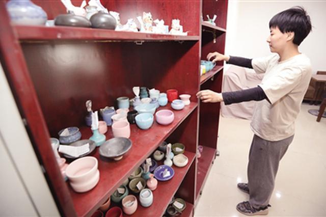 90后女孩为梦想开陶艺工作室 工作室不赚钱打工来补贴