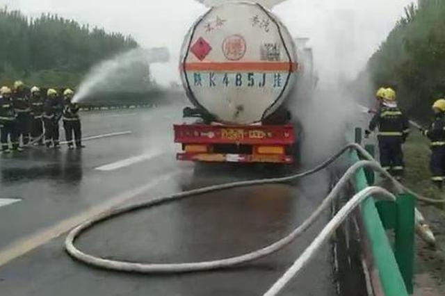 险!装载29吨柴油油罐车轮胎起火 消防紧急救援