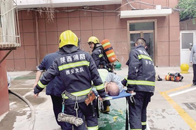 客厅起火八旬老人被困 消防员拆掉防盗门救人
