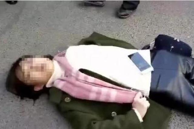 女孩节食减肥晕倒车厢 司机乘客送其回家