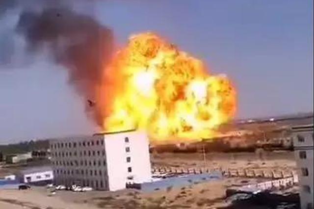 榆林一油罐车起火后发生爆炸 现场燃起大火球