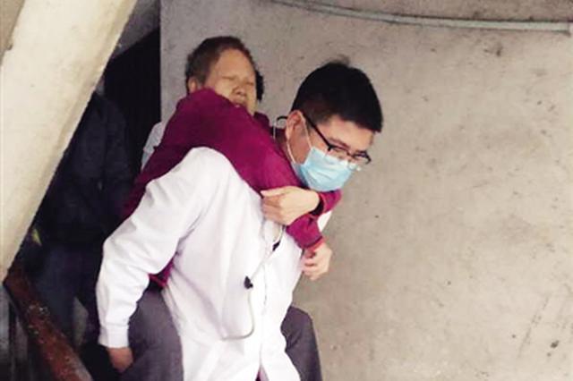 60岁老人突感身体不适 宝鸡一医生背患者下四楼