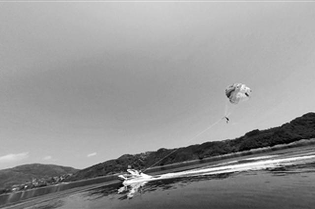 """水上拖伞""""五一""""亮相安康瀛湖 还可乘坐热气球"""