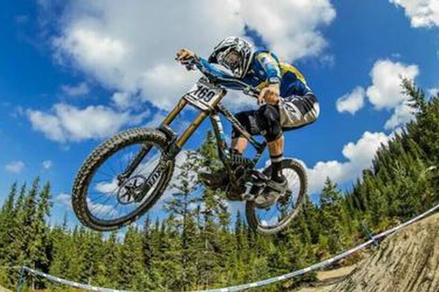 紫阳举办首届山地自行车越野赛 共12个车队参赛