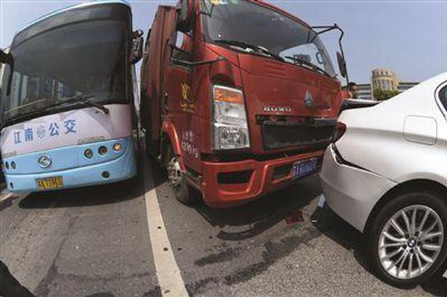 韩城:凌晨高速连发两起事故 消防紧急救援被困者