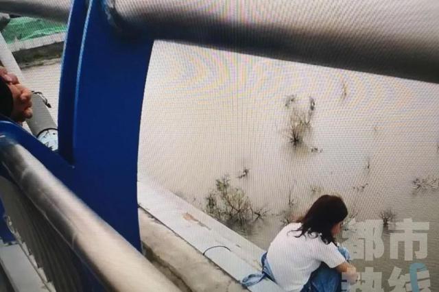 23岁女子沣河大桥上欲跳河自杀 因玩手机游戏输了