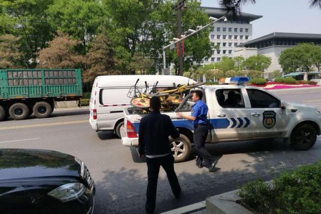 西安城市管理和综合执法局经开分局整治共享单车
