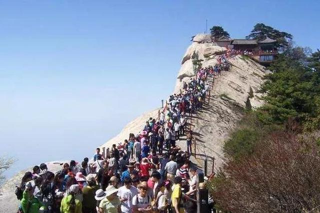 """挤!万名游客爬华山观日出,游客""""终于理解灭霸了"""""""