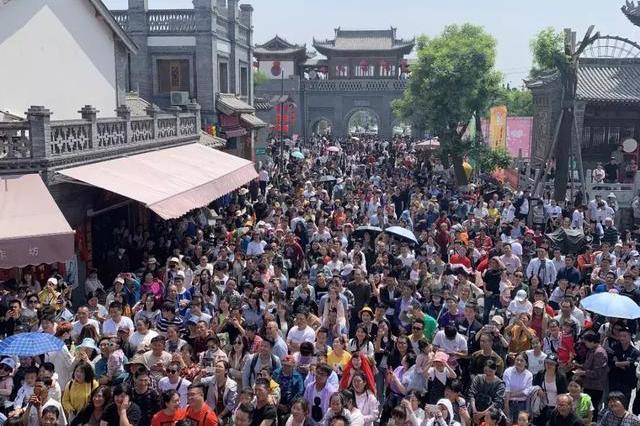 """100万+人次挤爆网红景点 西安好多景区被挤""""哭""""了"""