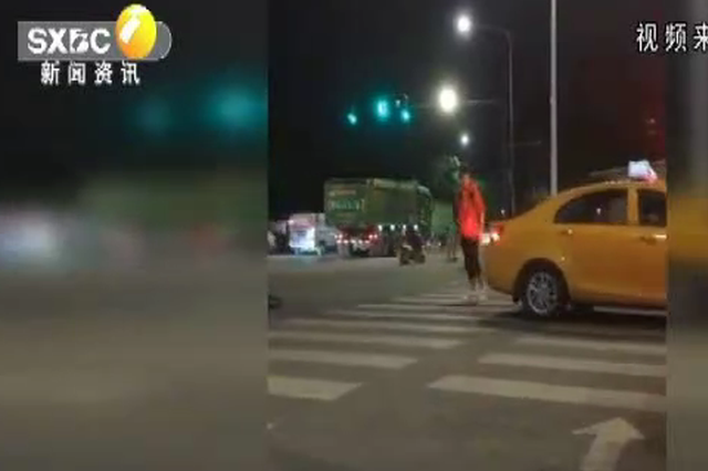 网曝出租车疑似倒车撞人 出租车管理处:全力寻找当事驾驶员