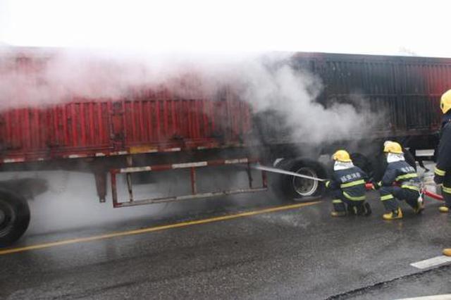 青兰高速一辆运载废纸半挂车起火 延安消防紧急处置