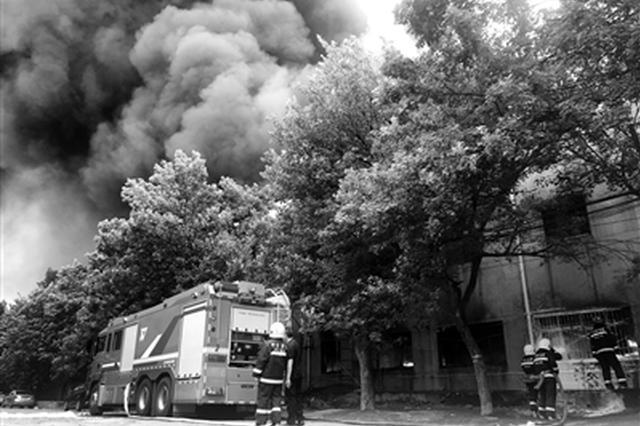 西安一三层高库房昨突发大火 着火原因正在调查