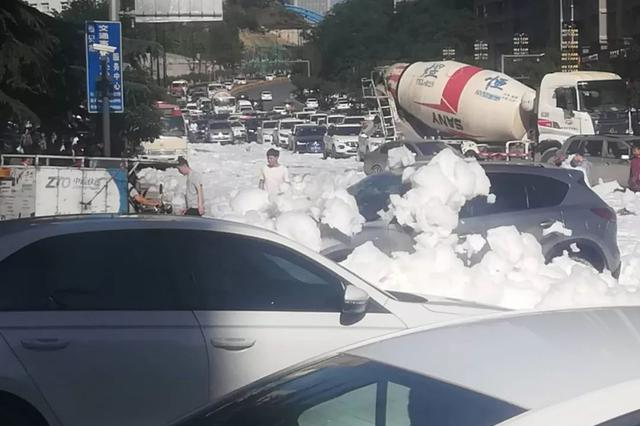 大量白色泡沫涌上西安街头!还上了热搜!咋回事?