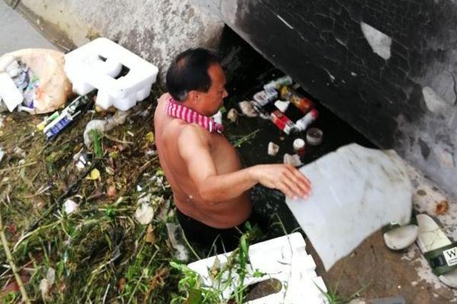 水库灌溉渠被扔秸秆堵塞闸门 下游种水稻急需用水