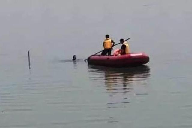 """游客被困""""福湖""""中心 大荔民警乘舟筏救回"""