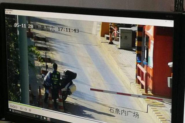 5月11日监控显示,冯先生骑摩托车冲卡欲上高速路。