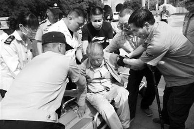 八旬老人下车后突然晕倒 路人民警纷纷上前施救
