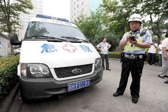西安整治黑救护车 执法人员查获两辆疑似黑救护车