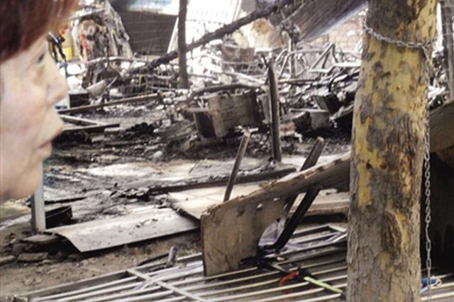 车棚起火30多辆电动车被烧毁 可能与长时间充电有关