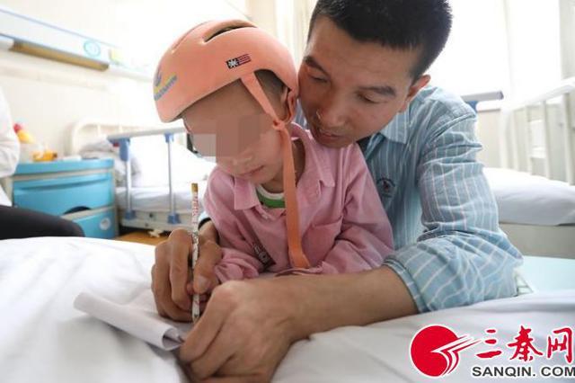 陕西4岁女童患脑瘫3年半 头顶针灸6000多针