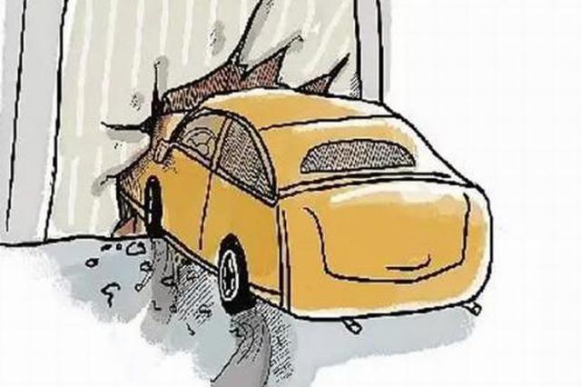 私家车小区内撞上隔离栏 疑司机把油门当刹车