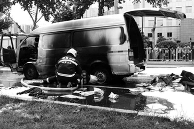 面包车正行驶突然起火 消防及时扑灭没有人员受伤