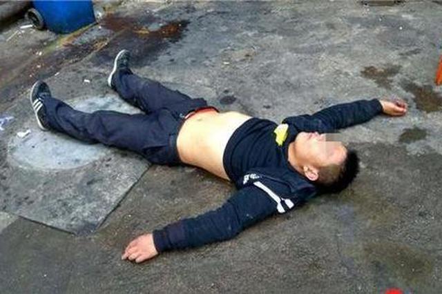 男青年晕倒广场不省人事 咸阳热心市民伸援手