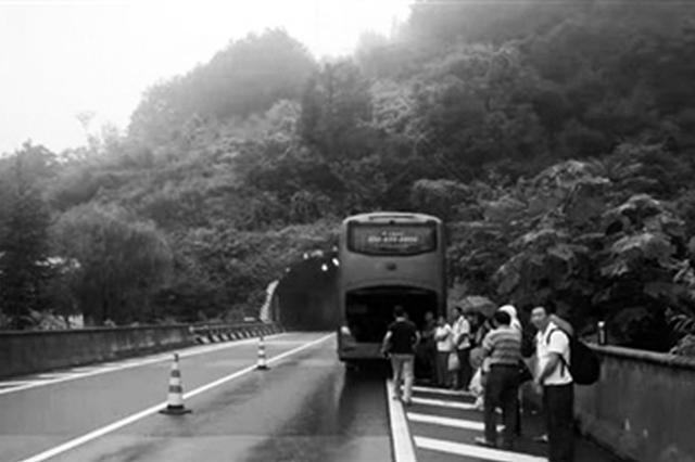 大客车高速路抛锚 安康交警紧急转移32名乘客