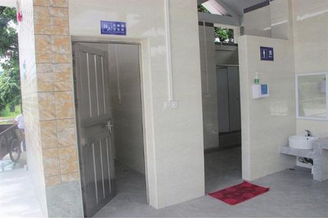 西安一书店公厕门上贴着历史人物画 市民认为不妥
