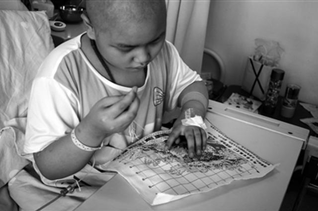 11岁患癌女孩病床上绣自画像:留给父母做念想