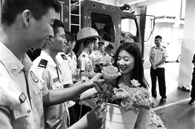 刘瑾给消防员送玫瑰花