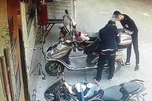 """男子""""顺手牵羊""""偷电动车 换车锁时被抓获"""