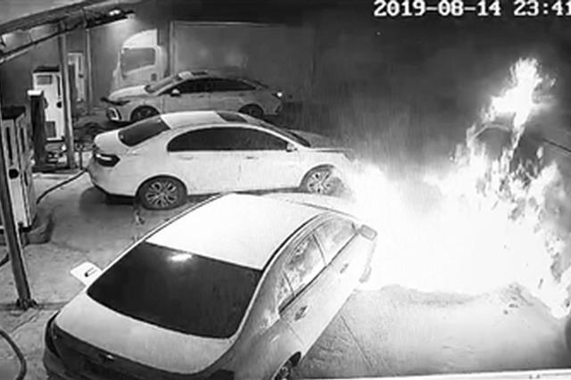 刚充满电面包车自燃引燃一辆轿车 隔壁就是加油站
