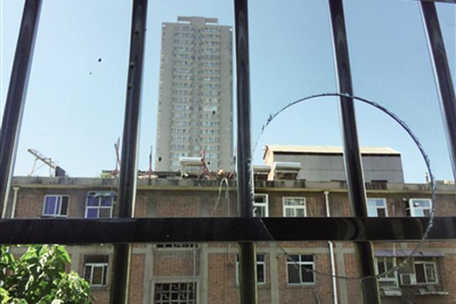 楼顶建棚养信鸽太扰民 住户质疑小区能否养鸽子