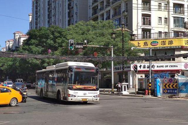 十字路口线缆离公交车顶不到半米 预计10月底解决