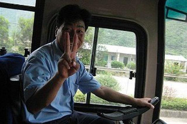 西安一7岁男孩坐错车 公交司机伸援手