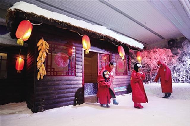 室外秋老虎室内打雪仗 -8℃冰世界吸引众多市民