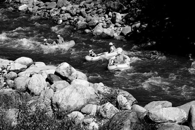 秦岭峡谷漂流火爆 游客纷纷前来享受夏日漂流的清凉