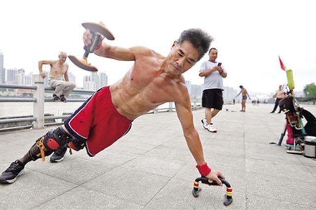 安康六旬男子负重22公斤健身 练出6块腹肌