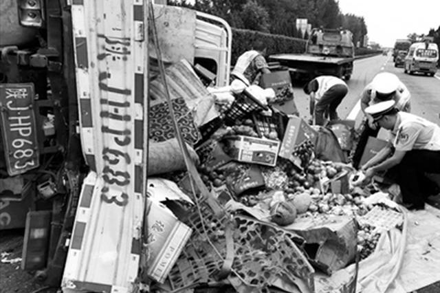 拉水果货车在延西高速一收费站附近侧翻 交警帮捡拾