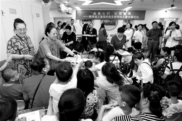 志愿者当老师 100名自闭症孩子齐上美术课