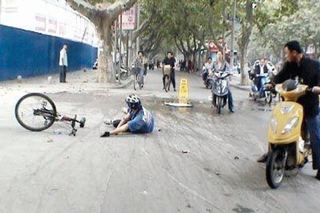 骑电动车女孩倒雨里 好心的哥打伞守护一小时