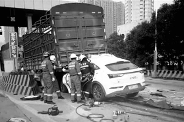 绕城高速收费站缴费口4车连撞 事故造成1死3伤