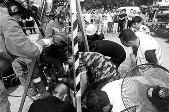 西安两市政工人井下作业晕厥 消防人员及时救出