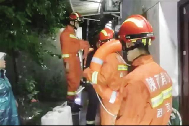 暴雨造成西安多路段积水多人被困 消防员雨夜大救援