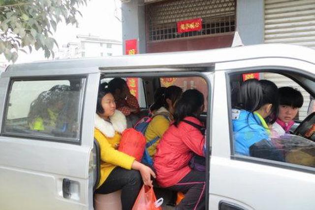 7座面包车里塞进11人 阎良交警执勤抓正着